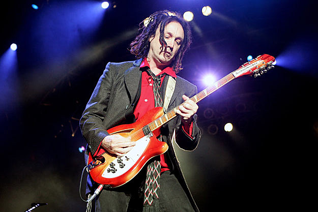 tom petty guitarist mike campbell gives video tour of his guitar collection. Black Bedroom Furniture Sets. Home Design Ideas