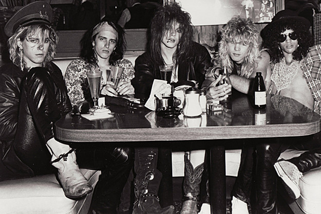 a history of gun and roses History originating in los angeles in june 1985, guns n' roses' unique style incorporated punk, blues, thrash, and other genres of music into what was popular at the.