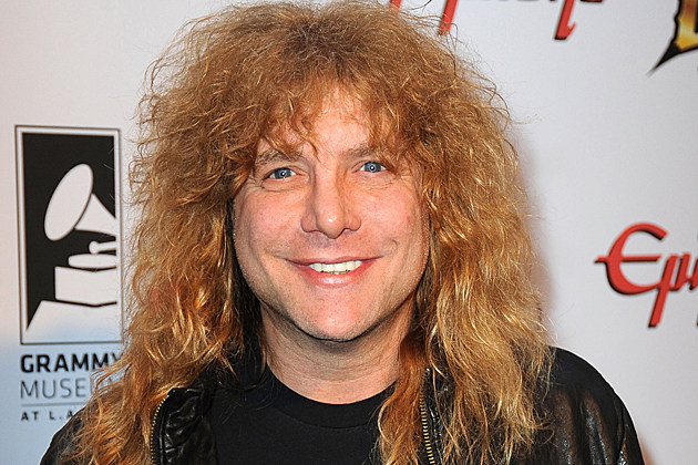 The 52-year old son of father Melvin Adler and mother Deanna Adler, 170 cm tall Steven Adler in 2017 photo