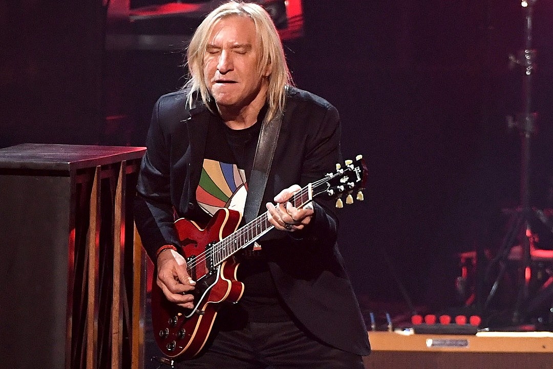 Joe Walsh Joins Chuck Berry Tribute at 2017 ACM Awards