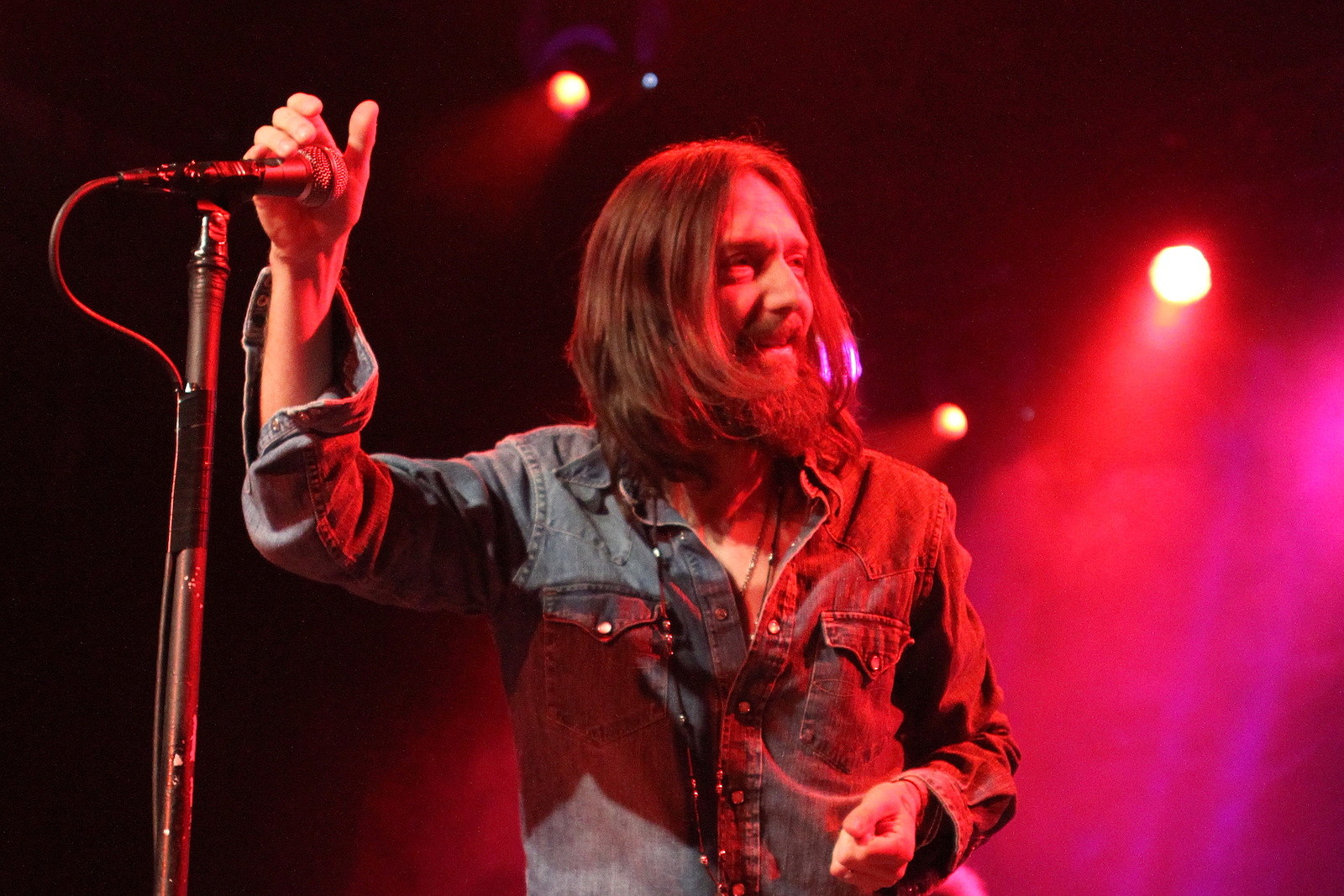 Chris Robinson Pleas for Quiet at Black Crowes Acoustic Concert